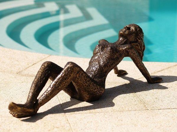 Bronzefigur Moderne Frau liegend