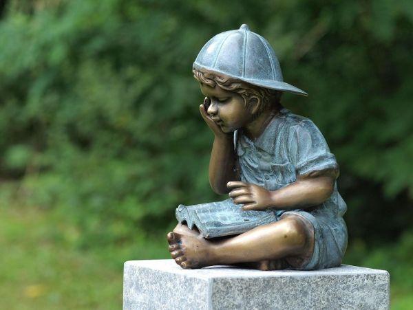 Bronzefigur Junge mit Buch