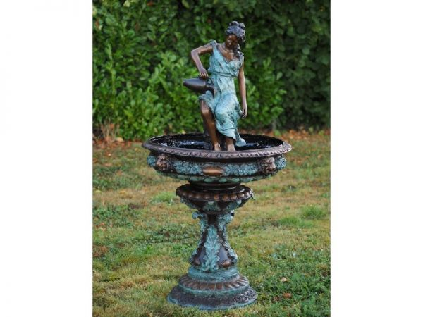 Brunnen Frau mit Krug aus Bronze