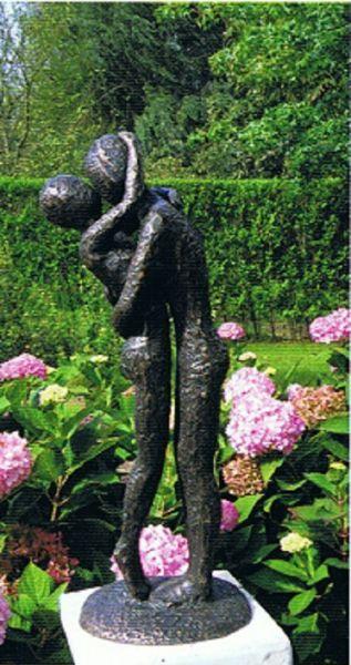 Bronzefigur Modernes Liebespaar