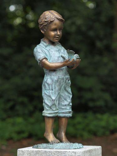 Bronzefigur Junge mit Vogel