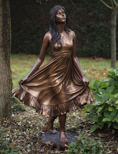 Bronzefigur Frau im Kleid