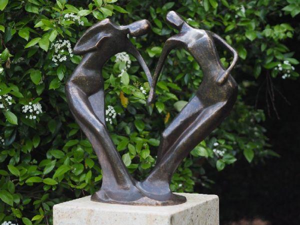 Bronzefigur Abstraktes Liebespaar Hand in Hand groß