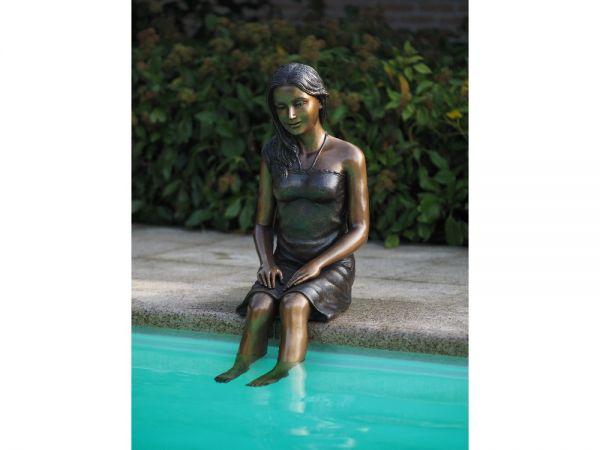Bronzefigur Sitzendes Mädchen