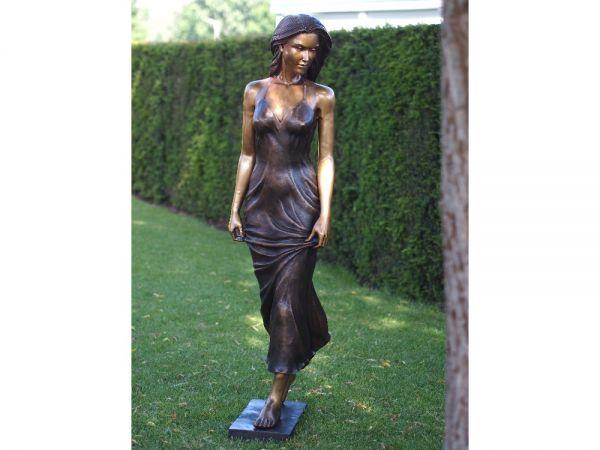 Bronzefigur Stehende Frau