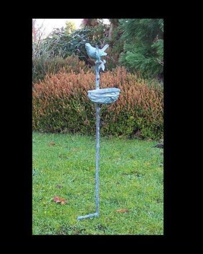 Bronzefigur Vogelfutterschale auf Stock