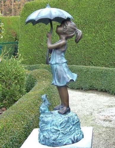 Bronzefigur Mädchen unterm Regenschirm