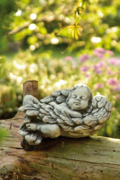 """Gartenfigur Baby in Flügel liegend """"NIMO"""", Steinguss"""
