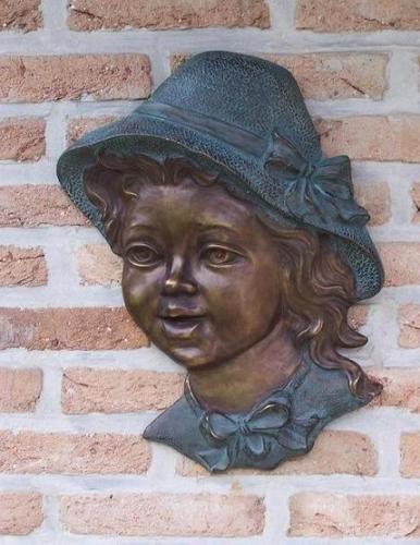 Bronzefigur Mädchen mit Hut Wanddeko