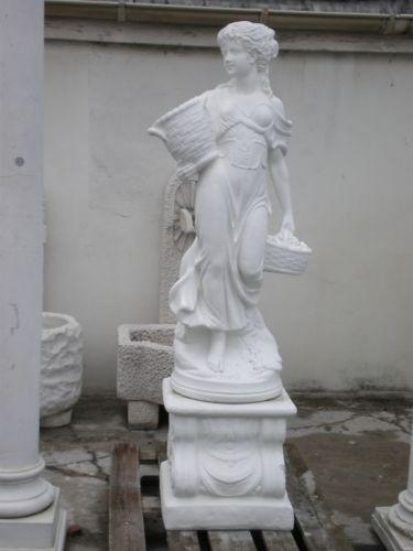 Gartenfigur Frau mit Körben