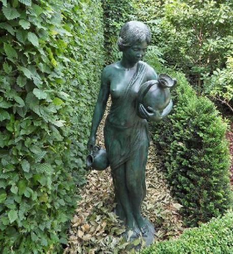 Bronzefigur Antonia klein wasserspeiend