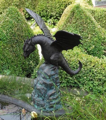 Bronzefigur Drache auf Felsen