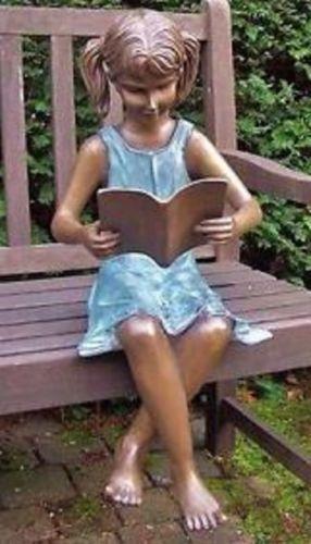 Bronzefigur Mädchen sitzend mit Buch