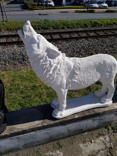 Gartenfigur Heulender Wolf weiß