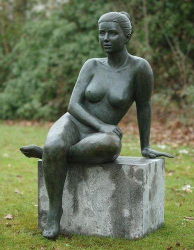 Bronzefigur Nackte Frau sitzend