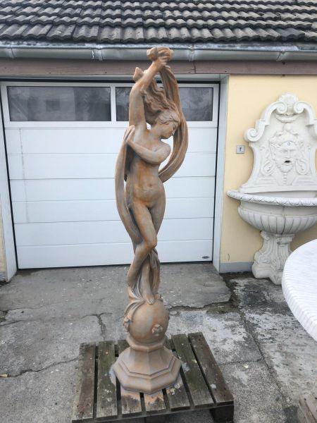 Gartenfigur Frau mit Tuch auf Kugel in Farbe