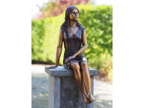 Bronzefigur Mädchen auf Säule