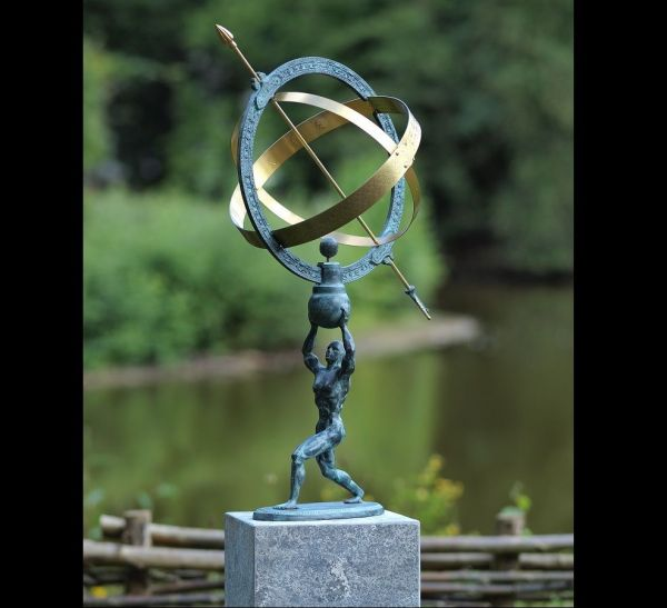 Bronzefigur Mann mit Sonnenuhr