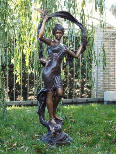 Bronzefigur Frau mit Vögeln