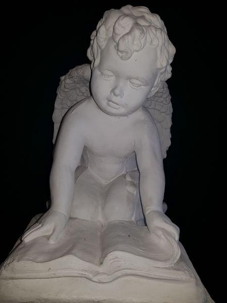 Gartenfigur Engel auf Buch