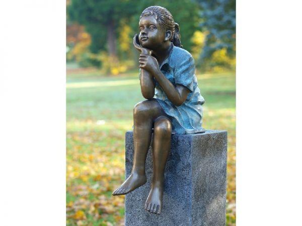Bronzefigur Denkendes Mädchen sitzend