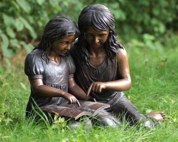 Bronzefigur Zwei lesende Mädchen