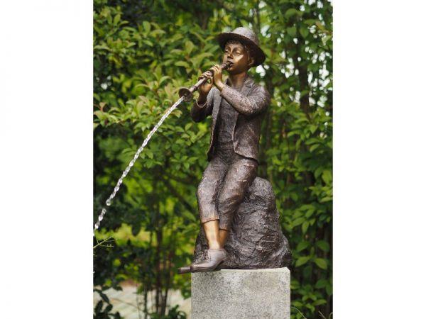 Bronzefigur Flötenspieler wasserspeiend