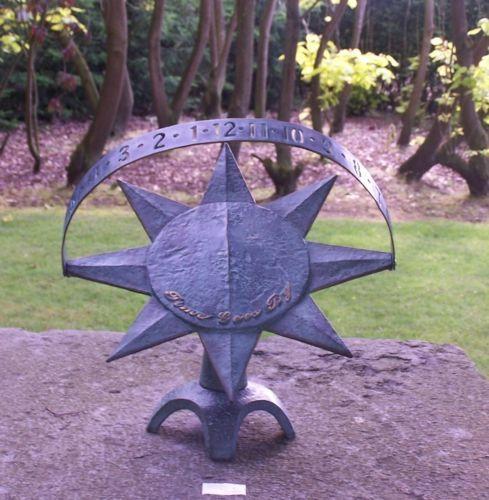 Bronzefigur Sonnenuhr