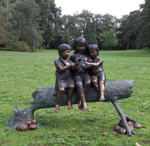 Bronzefigur Drei Mädchen auf Baumstamm