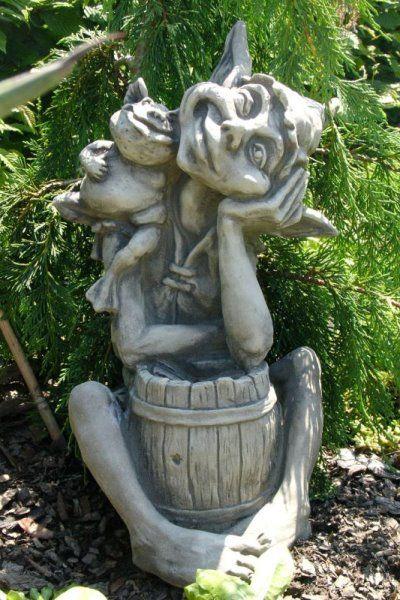 """Gartenfigur #Elfe """"BARRI"""" mit Fass + Frosch sitzend, Steinguss"""
