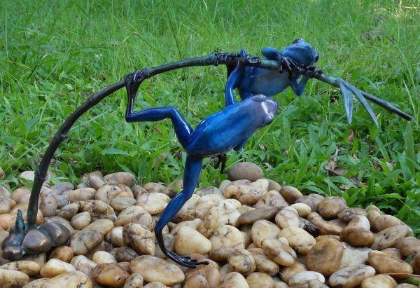 Bronzefigur Regenwaldfrosch auf Zweig blau