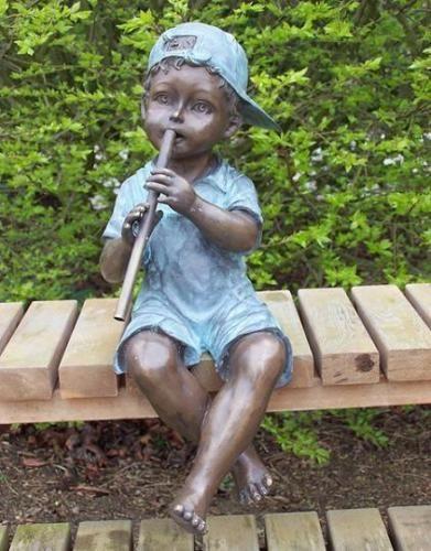 Bronzefigur Junge mit Flöte als Wasserspeier