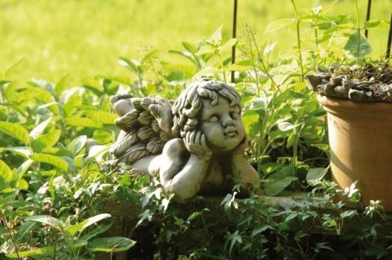 """Gartenfigur Engel liegend 1 Fuß oben, """"CAMBIEL"""", Steinguss"""
