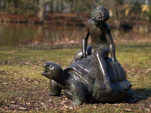 Bronzefigur Junge auf Schildkröte