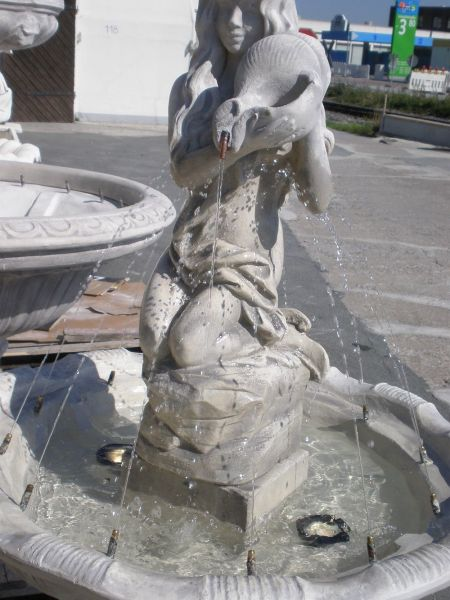 Springbrunnen Frau auf Fels