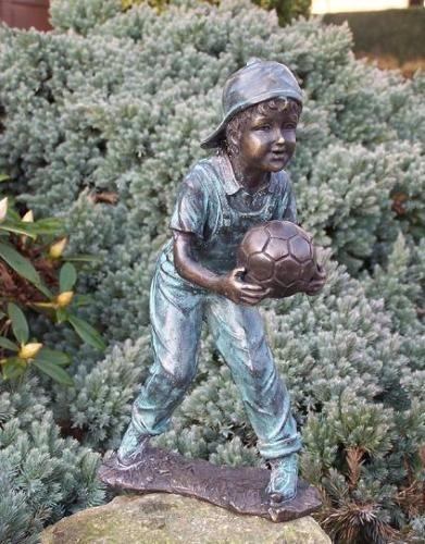 Bronzefigur Junge mit Fußball