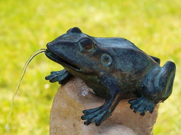 Bronzefigur Frosch sitzend wasserspielend