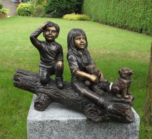 Bronzefigur Zwei Kinder auf Baumstamm