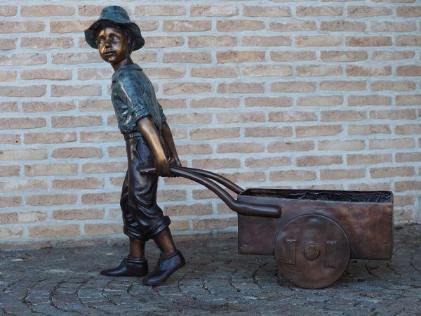 Bronzefigur Junge mit Schubkarre