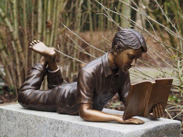 Bronzefigur Lesender Junge