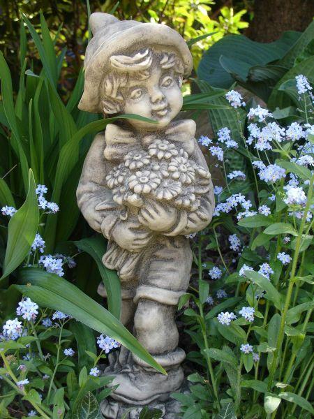 """Gartenfigur Junge """"FERDINAND"""", mit Blumenstrauß"""