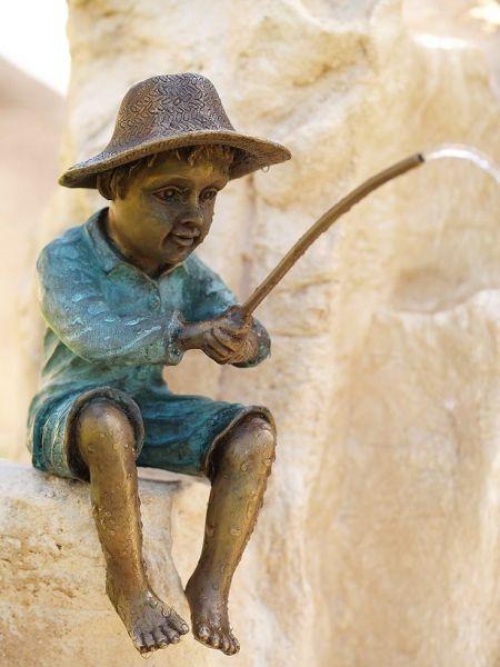 Bronzefigur Angler wasserspeiend