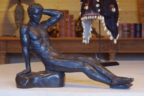 Bronzefigur Liegender Mann
