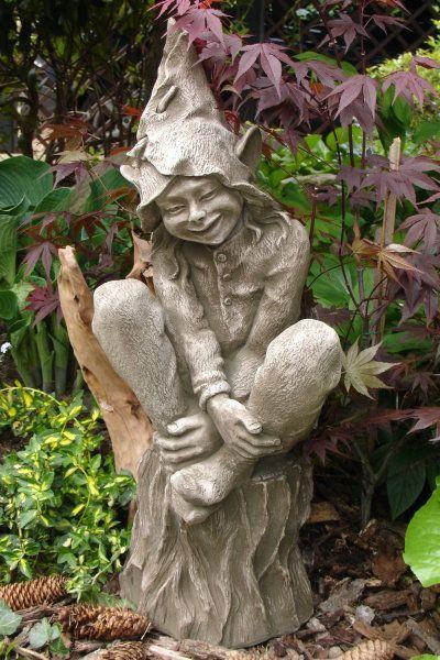 """Gartenfigur """"FOXGLOVE"""" sitzt auf Baumstumpf, © by Fiona Scott"""