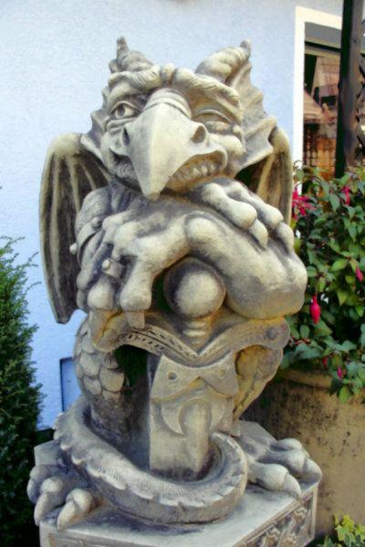 "Gartenfigur ""TÜRWÄCHTER MIT SCHWERT"", Blick rechts, Steinguss"