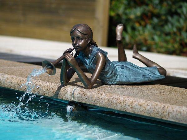 Bronzefigur Mädchen mit Trompete wasserspeiend