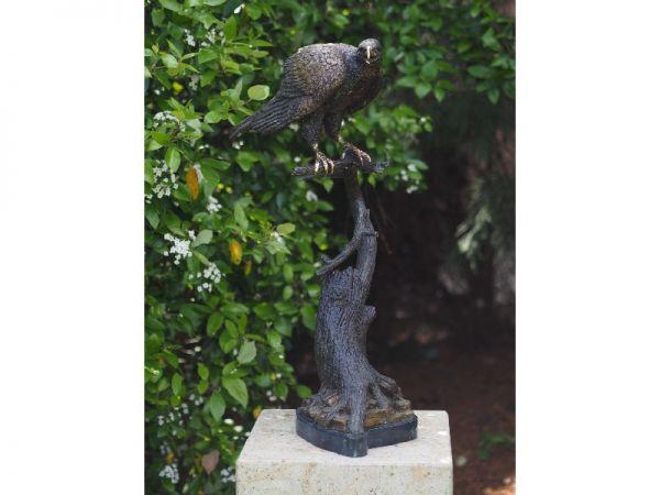 Bronzefigur Falke auf Stamm