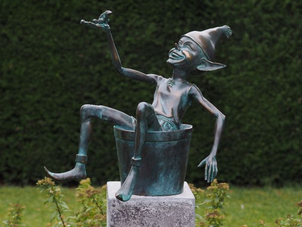 Bronzefigur Elfe mit Eimer