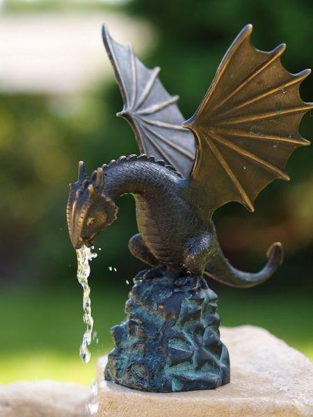 Bronzefigur Drache klein wasserspeiend