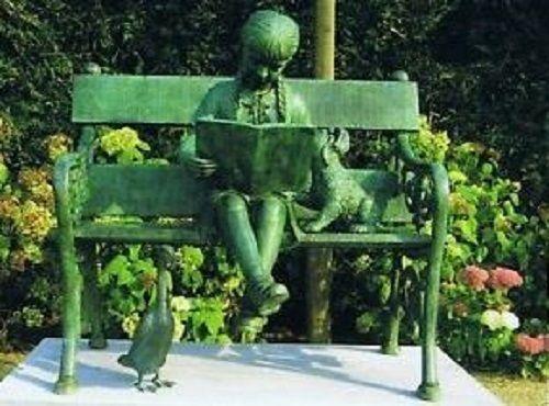 Bronzefigur Mädchen mit Buch auf Bank